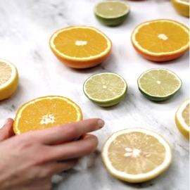 🍊 Si nos preguntan por un antioxidante por excelencia, la vitamina C es de las primeras que nos viene en mente, y los cítricos como uno de los alimentos que más la contienen. ¿Pero, por qué es tan importante?  👵🏻 Protege nuestras células de los radicales libres responsables del envejecimiento  🩸 Ayuda en la absorción de hierro y protege de los resfriados  💆🏻 Forma tejido cicatricial para sanar heridas y es necesaria para producir colágeno  #DimefarForYou